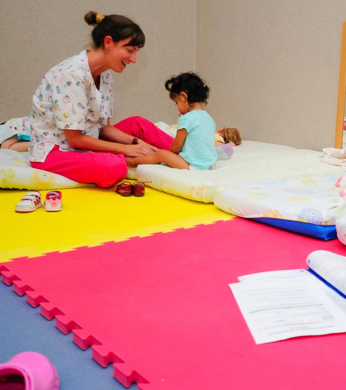 Esther Suárez Granada trabajando con los pequeños. Foto: SABRINA CEBALLOS